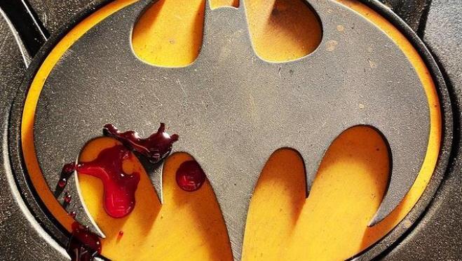 Michael Keaton aparece dirigindo carro em nova imagem no set de The Flash