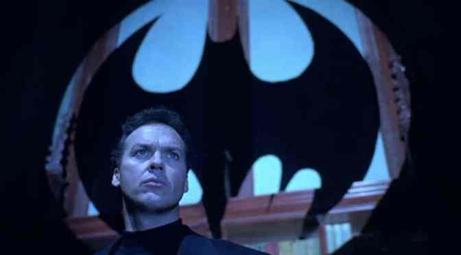 Diretor revela parte do traje do Batman de Michael Keaton em The Flash